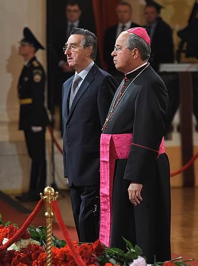 Посол Ватикана в Российской Федерации архиепископ Антонио Меннини (справа)