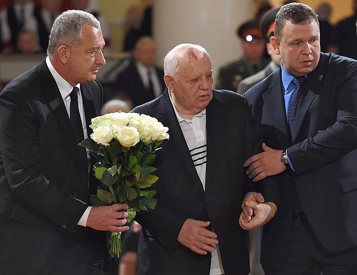 Бывший президент СССР Михаил Горбачев (в центре)