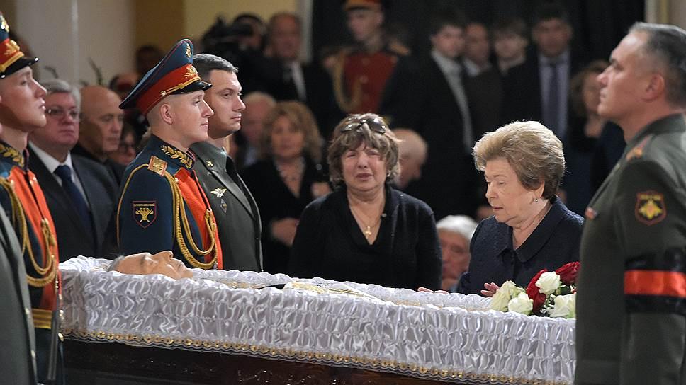 Вдова первого президента России Наина Ельцина (справа)