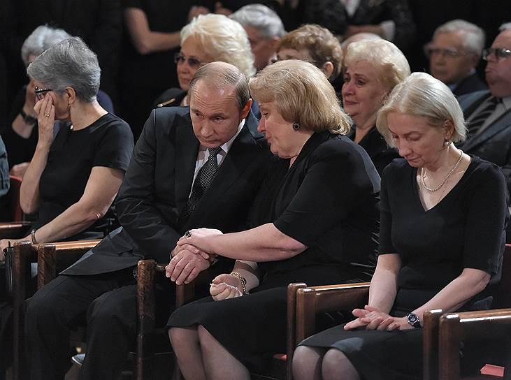 Слева направо: президент Владимир Путин, вдова Евгения Примакова Ирина и дочь Нана