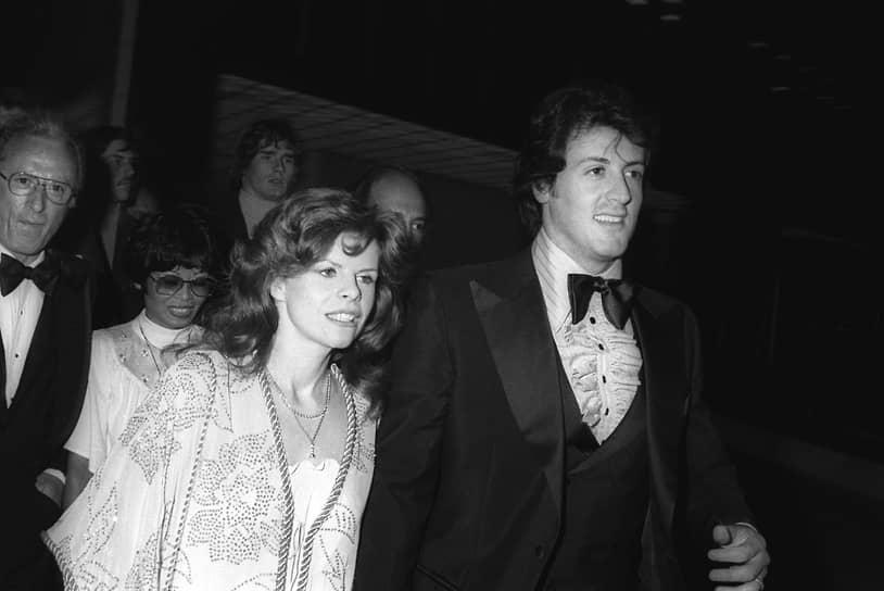 «Счастливая жена — счастливая жизнь. Мне потребовалось 30 лет, чтобы до этого допереть. Когда вы собираетесь поспорить, убедитесь что есть повод посерьезнее, чем пульт от телевизора» <br>Сильвестр Сталлоне был женат трижды, а в прессе его часто обвиняли в легкомысленном отношении к браку <br>На фото: Сильвестр Сталлоне со своей первой женой Сашей Чак