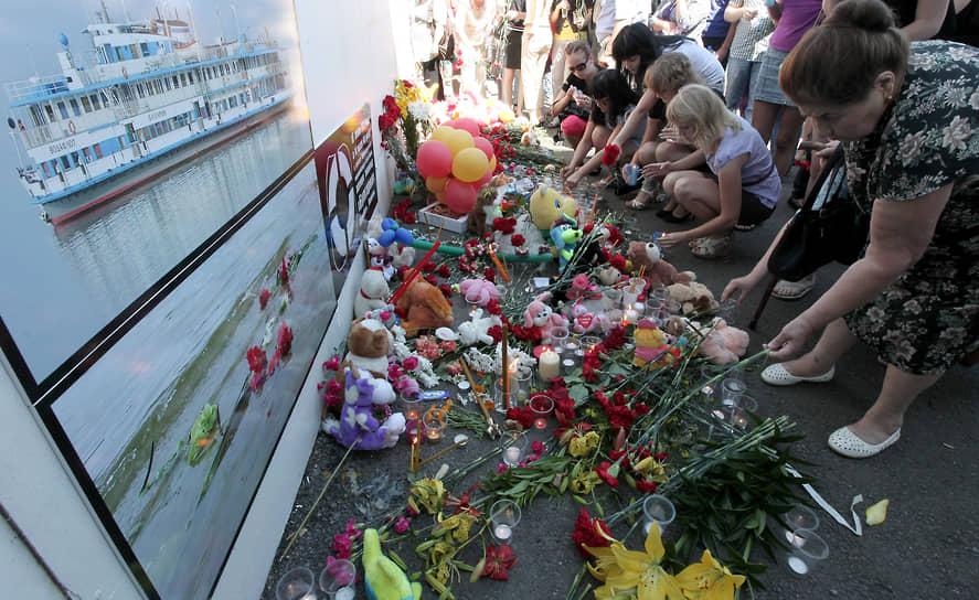 12 июля был объявлен днем траура по всей России, в Казани прошла гражданская панихида по погибшим в катастрофе. По всему городу были приспущены государственные флаги, горожане несли к речному порту цветы, свечи и мягкие игрушки