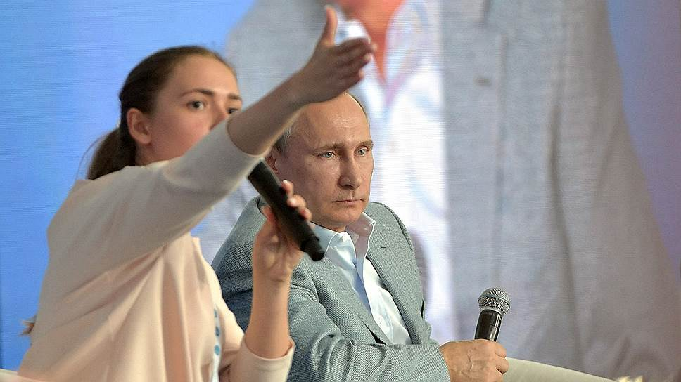Президент России Владимир Путин отвечал на вопросы выбранных ведущей молодых людей