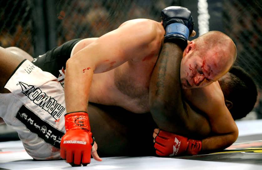 В 2009 году Федор Емельяненко заключил контракт на несколько боев с американской организацией Strikeforce. Российский боец уверенно выиграл первую схватку против Бретта Роджерса (на фото), однако во втором поединке неожиданно уступил бразильцу Фабрицио Вердуму