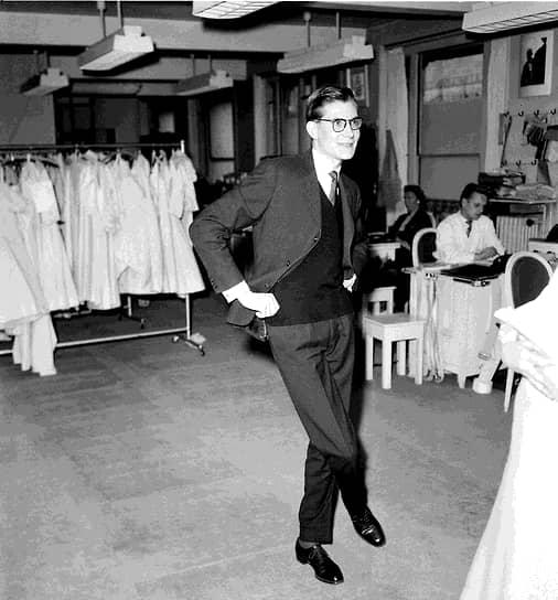 В 1955 году Ив Сен-Лоран, когда он ассистировал Диору, создал свой первый вечерний туалет. В 19 лет на конкурсе молодых дизайнеров завоевал первую премию одновременно с молодым Карлом Лагерфельдом за дизайн вечернего платья