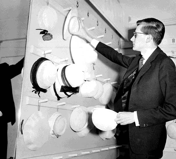 Скончавшийся в 1957 году Кристиан Диор оставил во главе своего дома мод юного Ива Сен-Лорана, которому был всего 21 год. Молодой дизайнер получил в наследство империю Диора, а потом создал и утвердил свой собственный стиль «чувственной элегантности»