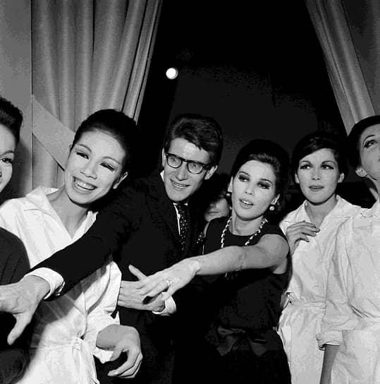 В 1983 году Ив Сен-Лоран стал первым в мире модельером, которого приравняли к художникам — его ретроспектива прошла в музее Метрополитен. Он создавал коллекции, посвященные художникам — Мондриану, Матиссу, Пикассо и Уорхолу, и ввел в моду ткани с художественными принтами