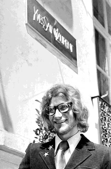 Ив Сен-Лоран говорил, что жалеет только о том, что не он изобрел джинсы. Но сейчас кажется, что все остальное из современного женского гардероба изобрел именно он: и повседневный брючный костюм в полоску, и вечерний женский смокинг, и шорты-бермуды. В коллекциях Yves Saint Laurent впервые появились, для того чтобы стать неизменной и повторяющейся из сезона в сезон классикой, вещи в стиле сафари и всевозможные этнические наряды