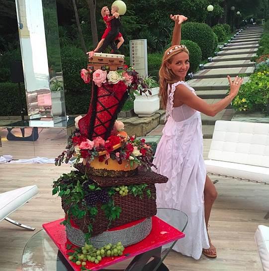 Невеста позирует возле альтернативного свадебного торта