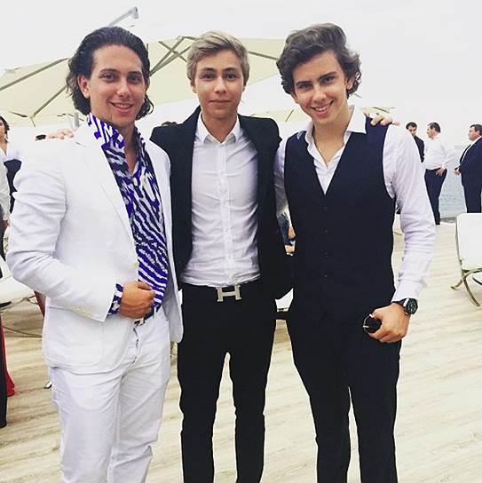 Компания «Госконцерт» еще не выкупила «Русскую медиагруппу», а племянник певца Дмитрия Маликова Дмитрий (в центре) уже фотографируется с сыновьями Владимира Киселева Юрием (слева) и Владимиром (справа)