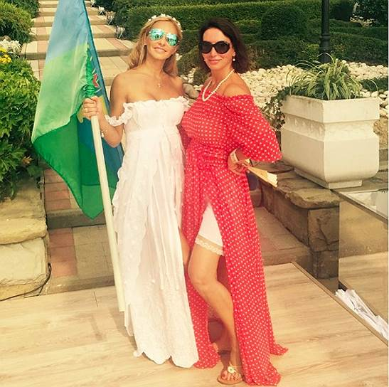 На второй день к празднованию свадьбы присоединили празднование Дня ВДВ. На фото Татьяна Навка и Алика Смехова (справа)