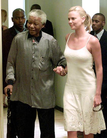 Завоевав «Оскар», Шарлиз Терон вернулась на родину, где стала национальной героиней. В ЮАР ее поздравил даже бывший президент Нельсон Мандела (на фото). Благодаря награде в 2006 году актриса попала в десятку самых высокооплачиваемых актрис Голливуда по версии журнала  The Hollywood Reporter