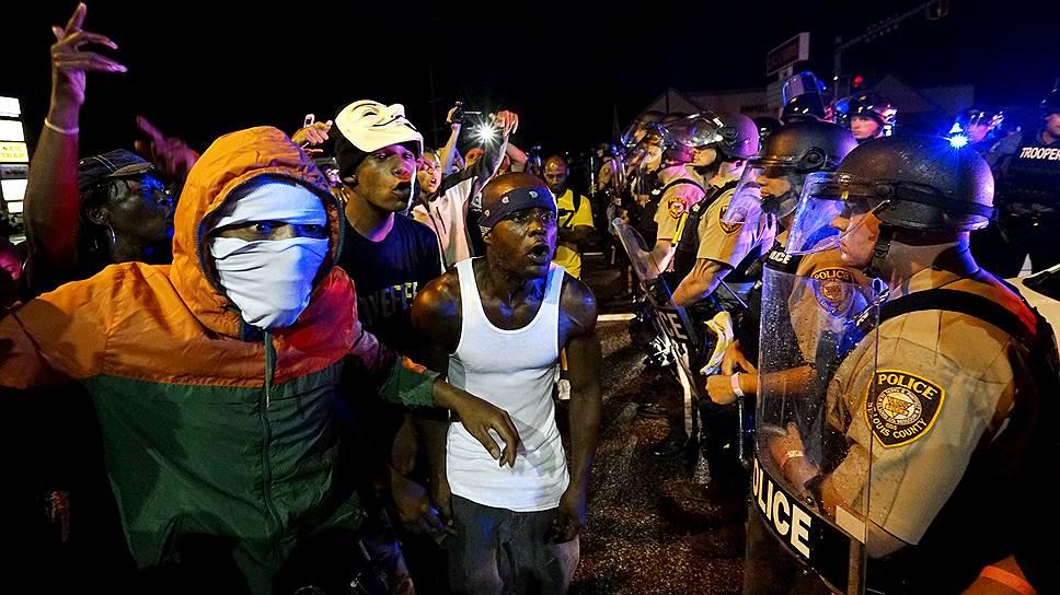 Акция памяти в годовщину убийства полицейским чернокожего подростка в Фергюсоне закончилась стрельбой и разгоном участников