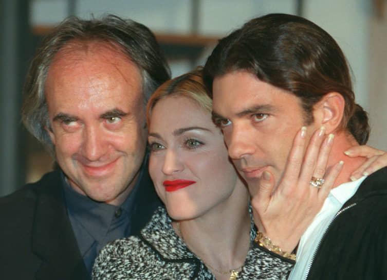 В Голливуде долгое время ходили слухе о романе Антонио Бандераса с Мадонной (на фото). В 1991 году актер снялся в документальном фильме «В постели с Мадонной», описывающем закулисную жизнь поп-звезды. После этого певица не раз заявляла о романе с актером, который, в свою очередь, все слухи опровергал