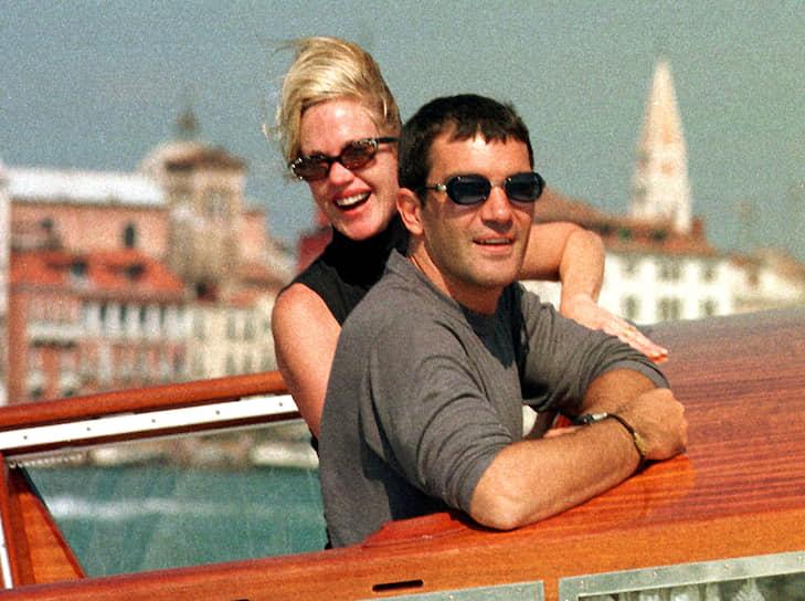 С актрисой Мелани Гриффит Антонио Бандерас познакомился на съемках комедии «Двое — это слишком» в 1995 году. Несмотря на старания Аны Лесы сохранить брак, через год пара все равно развелась. Спустя всего месяц с момента развода Бандерас женился на Гриффит. От второго брака у актера есть дочь Стелла дель Кармен. В 2014 году, после 18 лет брака актриса подала на развод из-за «неразрешимых разногласий» с супругом