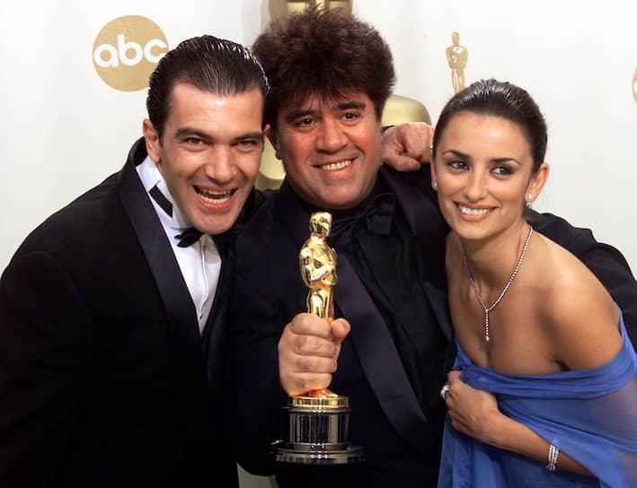 Несмотря на то, что Антонио Бандерас ни разу не получил «Оскар», он стал первым испанским актером, номинированным на «Золотой глобус» <br>На фото: с режиссером Педро Альмодоваром и актрисой Пенелопой Крус на 74-й церемонии вручения премии «Оскар»