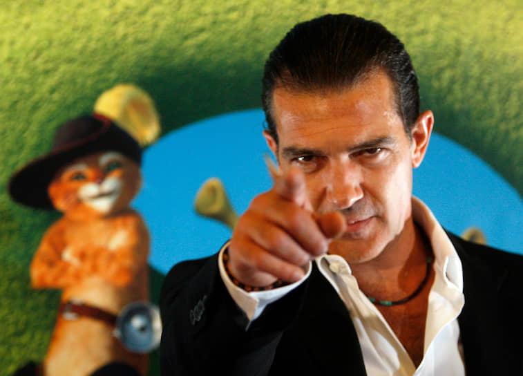 Антонио Бандерас озвучивал Кота в сапогах в анимационных фильмах «Шрек 2», «Шрек третий» и «Шрек навсегда». Актер не просто подарил свой голос сказочному персонажу. Над созданием образа Кота в сапогах работала целая команда, чтобы сделать его максимально похожим на актера