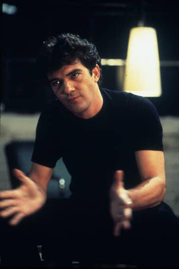 Снявшись в нескольких лентах Альмодовара, в начале 1990-х Антонио Бандерас попробовал свои силы в Голливуде. В 1993 году он сыграл роль любовника Тома Хэнкса в драме Джонатана Демме «Филадельфия» (кадр из фильма на фото). Картина была номинирована на «Оскар» в 12 категориях и по итогам церемонии получила 7 золотых статуэток