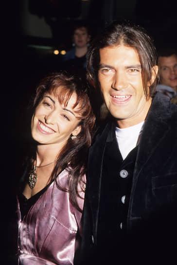 К моменту первых съемок в Голливуде актер уже был женат на актрисе Ане Лесе (на фото), с которой познакомился в одном из мадридских кафе. Пара поженилась в 1986 году, а шафером на свадьбе был Педро Альмодовар. В первое время Бандерос даже снимался вместе с женой: вышла картина Альмодовара «Женщины на грани нервного срыва», затем супружеская пара появилась в «Филадельфии»