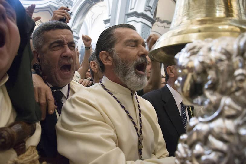 Антонио Бандерас является участником римско-католического религиозного братства в родном городе Малага и принимает участие в процессии во время Страстной недели