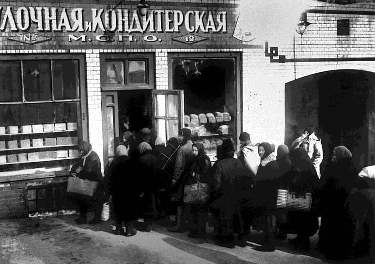 В годы войны горожане столкнулись с дефицитом самых необходимых товаров, в том числе хлеба. В рамках продразверстки его изымали у крестьян насильственно, по установленным государством ценам и в количествах, считавшихся необходимым. Стремясь избежать хотя бы хлебного дефицита, 14 марта 1921 года Х съездом РКП(б) был объявлен переход от «военного коммунизма» к НЭПу