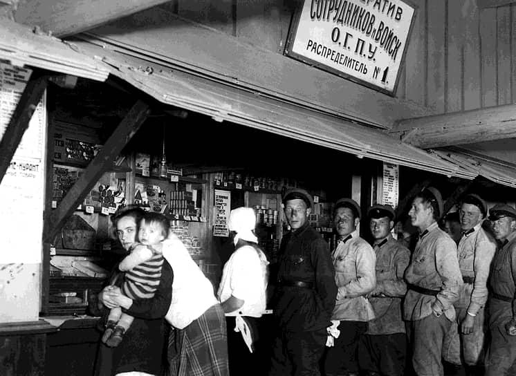 Благодаря НЭПу у советских граждан появилась возможность ощутить, что такое «общество потребления»: на прилавках появились товары, в доступности были театры и кабаре, парикмахерские. Уже на раннем этапе НЭПа признание роли рынка сочеталось с мерами по его упразднению. Большинство руководителей компартии отнеслись к НЭПу как к «неизбежному злу», опасаясь, что он приведет к реставрации капитализма