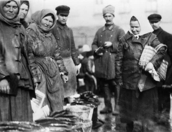 В конце 1920‑х годов резервы иссякли, страна столкнулась с необходимостью огромных капиталовложений в сельское хозяйство и промышленность для реконструкции и модернизации предприятий. Город не мог удовлетворить сельский спрос в городских товарах. Снизились объемы производства, в 1927‑1929 годах обострился кризис хлебозаготовок. Печать денег, удорожание продукции привели к обесцениванию червонца. Летом 1926 г. советская валюта перестала быть конвертируемой