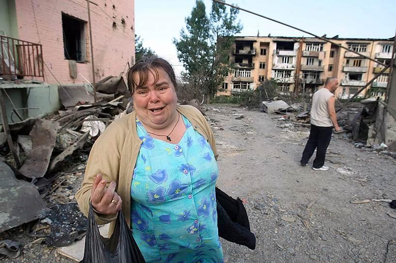 Жители Гори покидают свои разрушенные дома