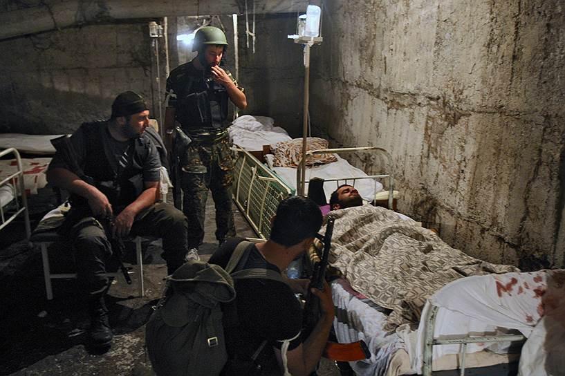 Раненый солдат южно-осетинской армии в подвале городской больницы города Цхинвал