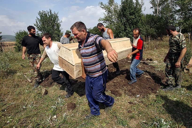 Похороны мирных жителей, погибших в результате обстрела города Цхинвал