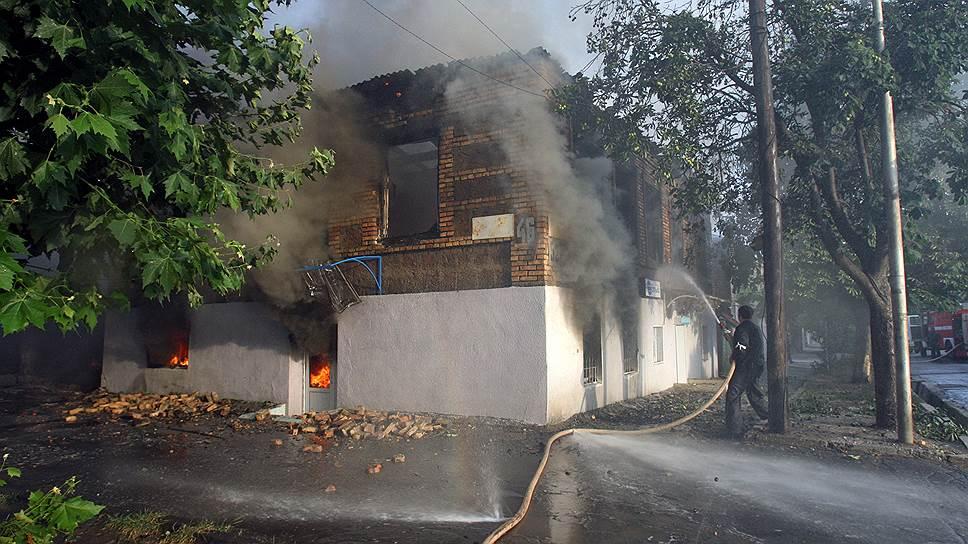 Тушение горящего дома после бомбардировки в городе Цхинвал