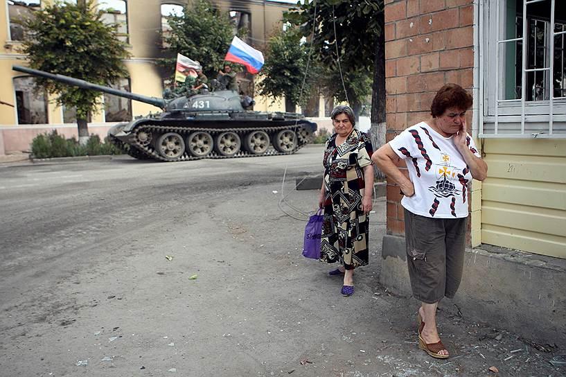 Российский танк на улице города Цхинвал