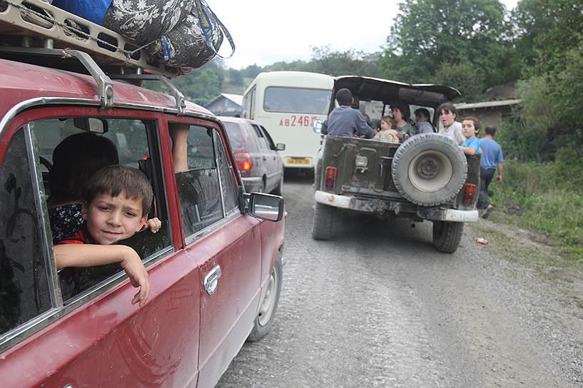 Колонна автомашин с беженцами при выезде из города Цхинвал