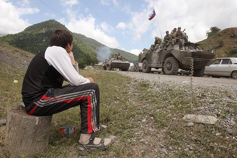 Военная техника 58-й армии России на Транскавказской магистрали при въезде в город Цхинвал
