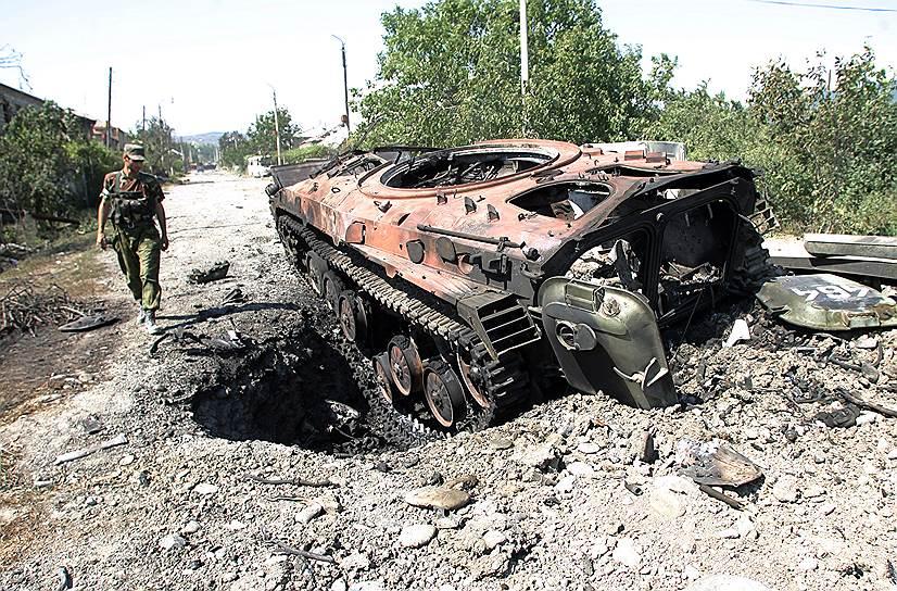 Солдат российских миротворческих сил в Южной Осетии у сгоревшей боевой машины пехоты