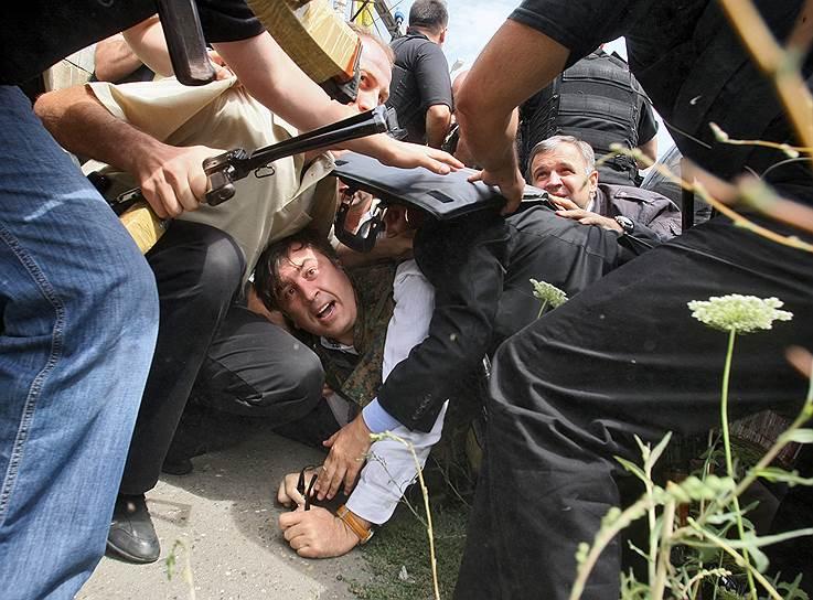 Президент Грузии Михаил Саакашвили (в центре) во время воздушной тревоги в Гори