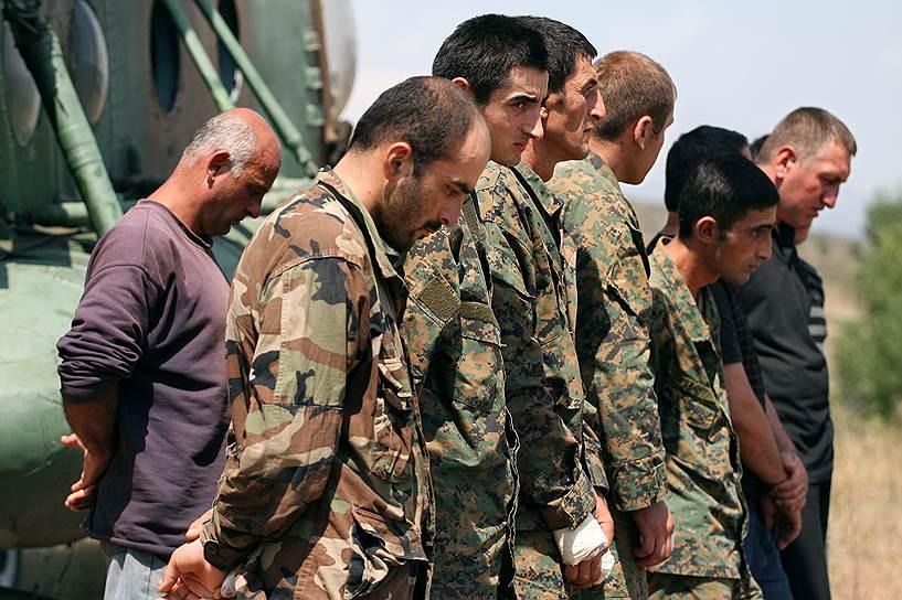 Пленные грузинские военнослужащие на базе российской армии под городом Цхинвал