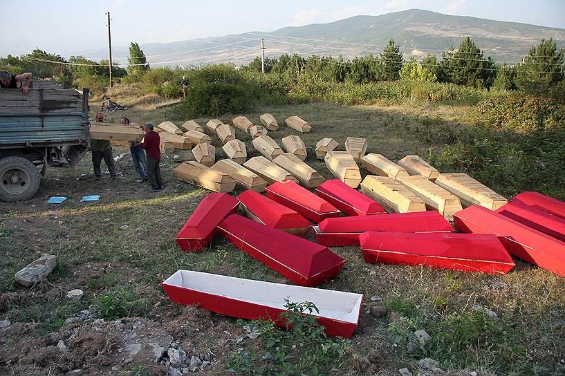 Похороны грузинских солдат, погибших под городом Цхинвал, в братской могиле на западе города