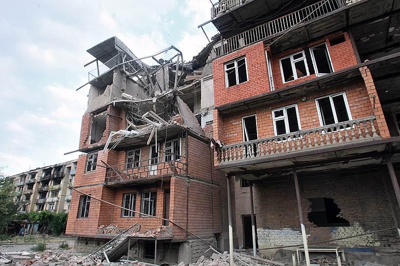 Разрушенные жилые дома в Гори