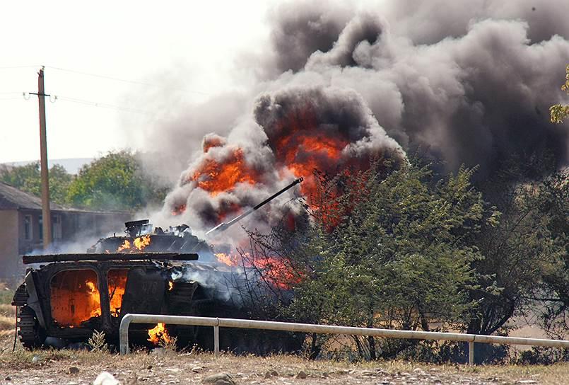 Горящая боевая машина пехоты на улице Гори