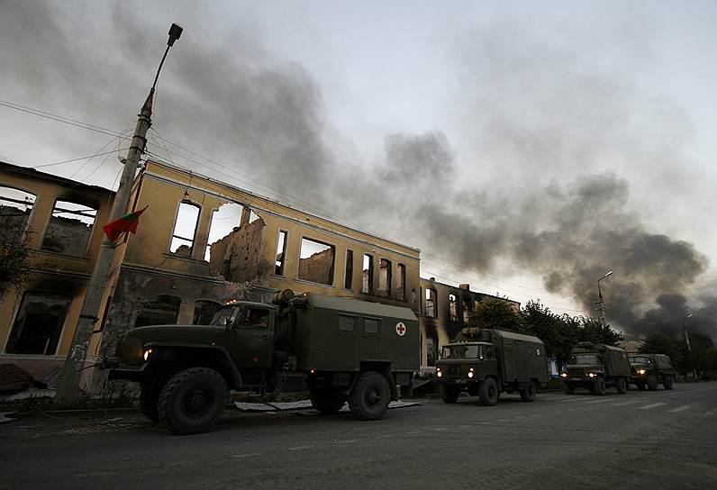 Сгоревшие после обстрелов здания и санитарные автомобили в Цхинвале