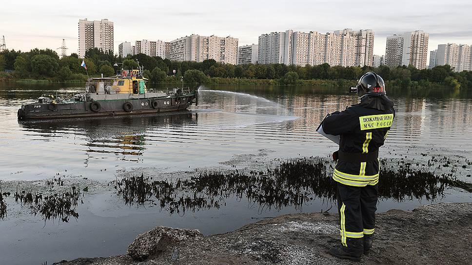 На юго-востоке Москвы загорелась река