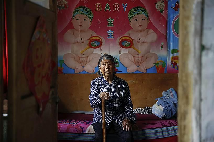 Бывшая «женщина для утешения» Хао Юлиан во время войны была вынуждена совершать половые акты с бесчисленным множеством японских солдат, из-за чего лишилась надежды когда-либо иметь детей. Как рассказала ее приемная дочь, бесплодие стало страшным ударом для женщины. До сих пор Юлиан вешает плакаты с изображением детей на стену своей комнаты
