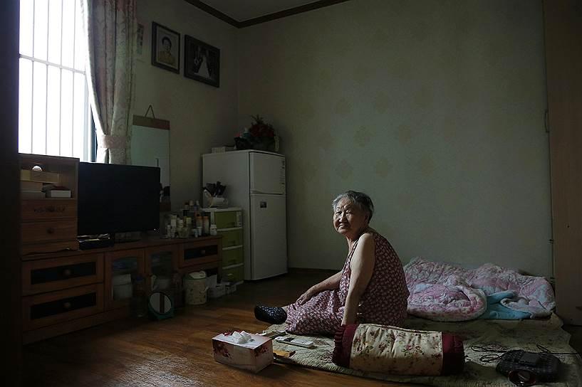 Кореянка Джил Вон Ок оказалась в военном борделе в 13 лет. Работая «женщиной для утешения», она заразилась сифилисом и японские доктора удалили ей матку, из-за чего впоследствии она не смогла иметь детей. Женщина до сих пор пытается добиться официальных извинений от японских властей