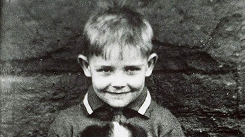 Томас Шон Коннери родился 25 августа 1930 года в Эдинбурге в семье водителя грузовика и домохозяйки. Из-за финансовых трудностей в семье мальчик с раннего детства начал подрабатывать: он развозил молоко, продавал газеты, помогал местному мяснику