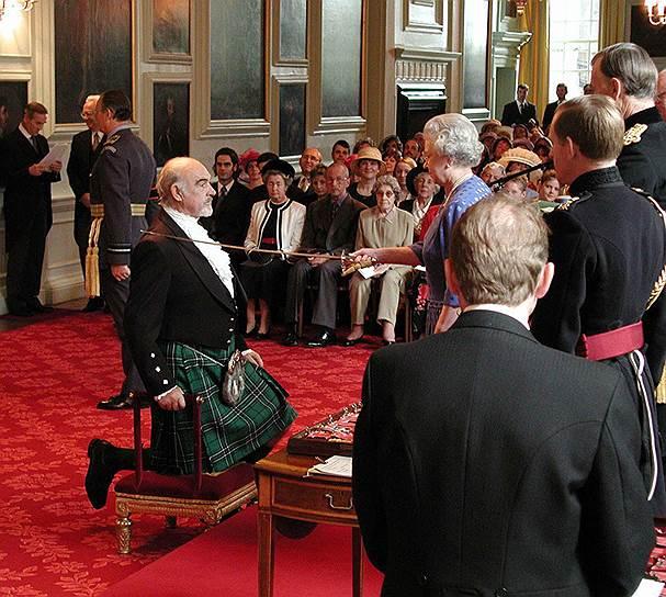 В 2000 году Шон Коннери получил титул «сэра», удостоившись почетного рыцарского звания — самой большой награды Великобритании. Будучи патриотом своей страны, на все торжественные события актер надевал шотландский килт