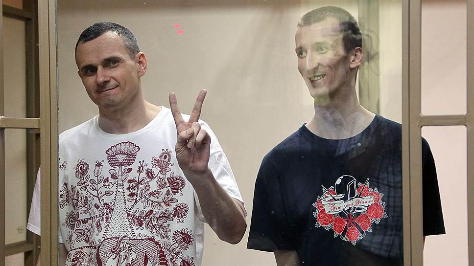 Украинский режиссер Олег Сенцов (слева) и Александр Кольченко (справа), осужденные за подготовку терактов в Крыму