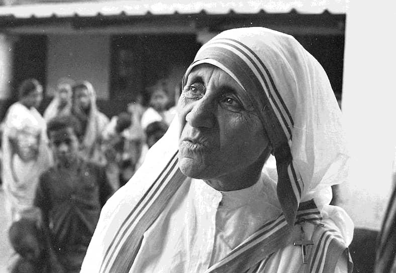 Окончив школу, девушка присоединилась к монашескому ордену сестер Лорето и получила имя сестра Мэри Тереза в честь святой монахини-кармелитки Терезы из Лизье,  известной своей добротой и милосердием. После этого она отправилась в Индию, где сначала преподавала в женской школе святой Марии, а затем основала там монашескую общину «Орден Милосердия» для помощи бедным и больным людям