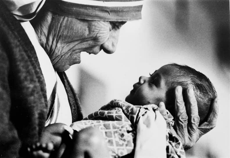 Укреплению популярности и влияния ордена способствовал тот факт, что мать Тереза, выстроившая свою организацию на принципах, которые сейчас можно было бы назвать католическим фундаментализмом, в равной степени заинтересовала иерархов римско-католической церкви, средства массовой информации и широкие слои общества