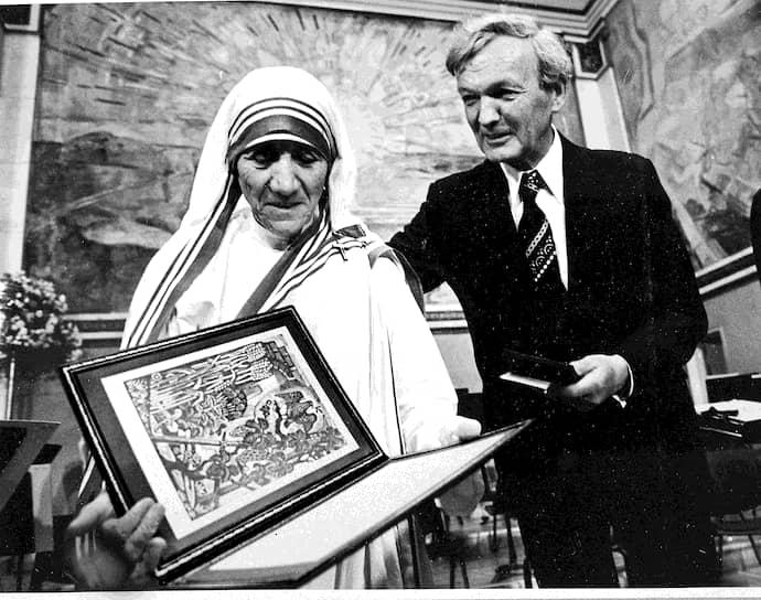Ватикан, увидевший в Терезе естественного союзника в борьбе с либералами, сделал ее и возглавляемый ею орден примером для подражания всем католикам, присудив ей в 1971 году Премию мира имени папы Иоанна XXIII. Восемью годами позже мать Тереза получила уже всемирное признание, став лауреатом Нобелевской премии мира
